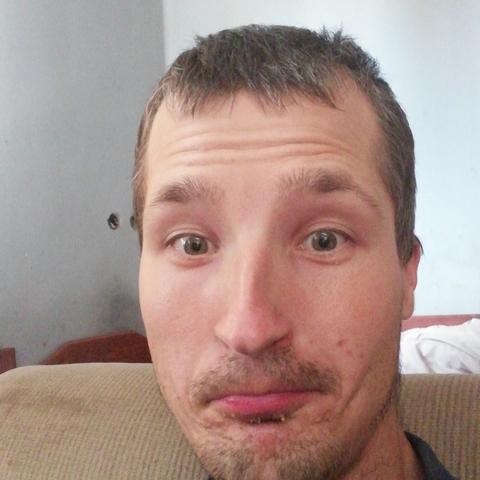 Gergő , 28 éves társkereső férfi - Szirmabesenyő